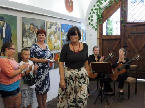 poslankyně Vlasta Bohdalová,promluvila kpřítomným apopřála vystavovatelkám zdar vjejich práci