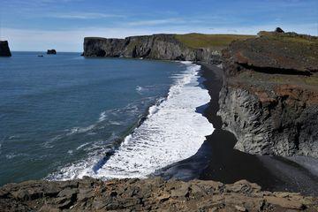 černá pláž upoloostrova Dyrhólaey poblíž městečka Vík