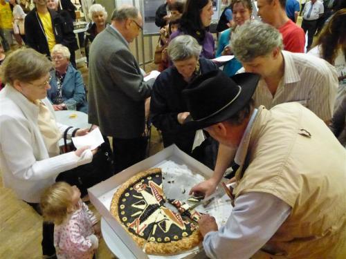 krájení arozdávání koláče vpodobě kompasu
