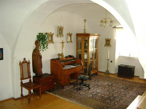 6. 6. Natáčení v salonku muzea - Zdeněk Troška s týmem