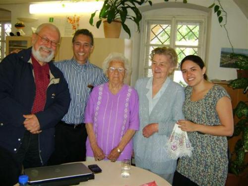 zleva J. Řepa, E. Rodgers, J. Haunerová, M. Borovková, dcera E. Rodgerse